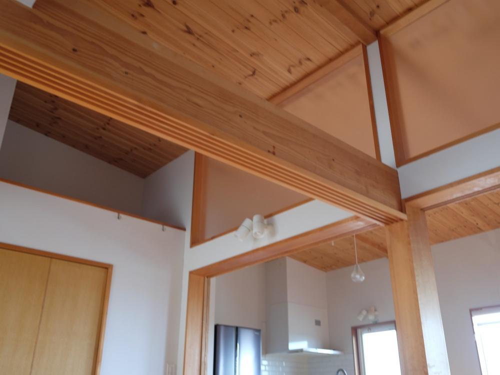 天井高に注目。そして天井材も無垢板貼りのやさしい雰囲気