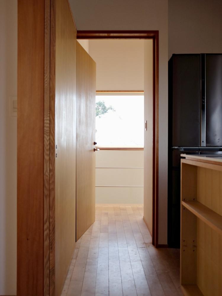 賃貸区画の玄関になる扉。扉の外の廊下や階段は共用です