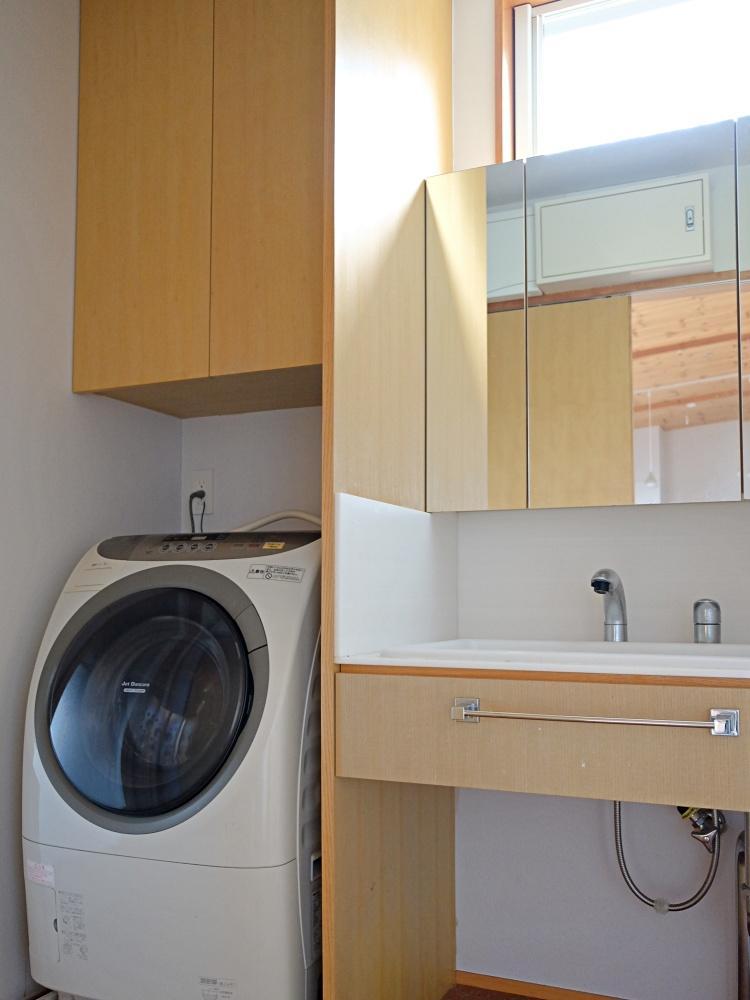洗濯機(撤去予定。希望があれば譲渡可)と洗面
