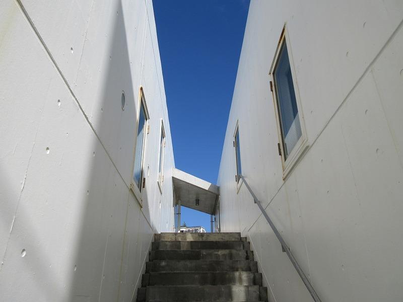 階段を上がって2階の区画です