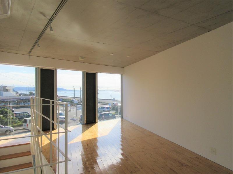 2階部分。七里ガ浜のセブンイレブンとその先に海