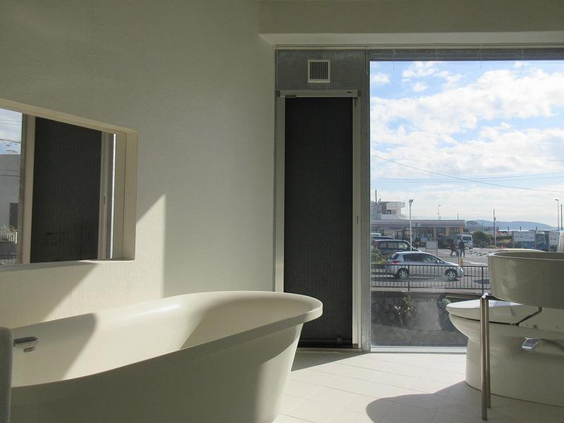 解放される浴室とトイレ、洗面(カーテンをつけましょう)
