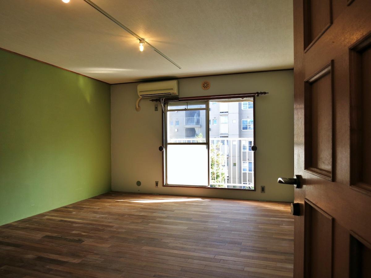 10帖の空間はうぐいす色の壁と木の組み合わせ