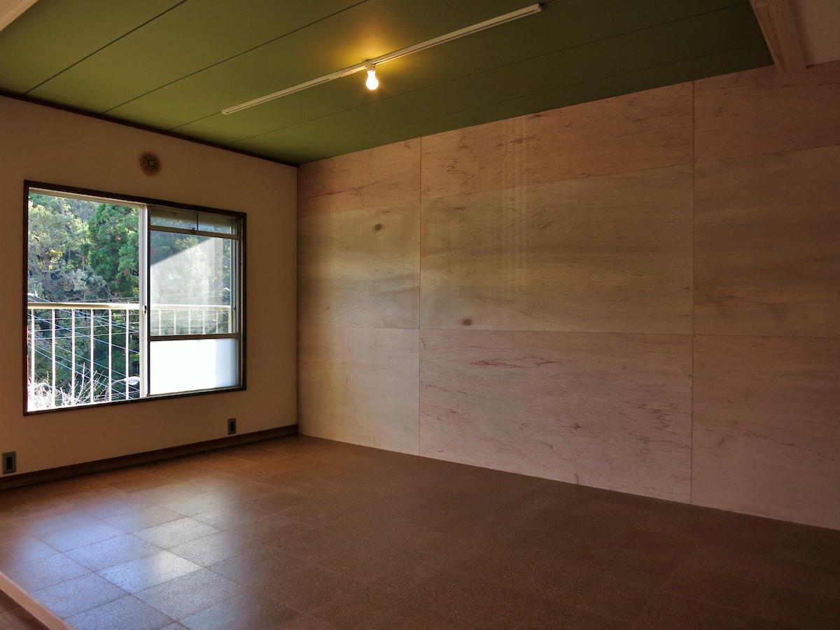 コルクの床に天井はうぐいす色、壁はラワン合板で釘打ち歓迎のDIYウォール