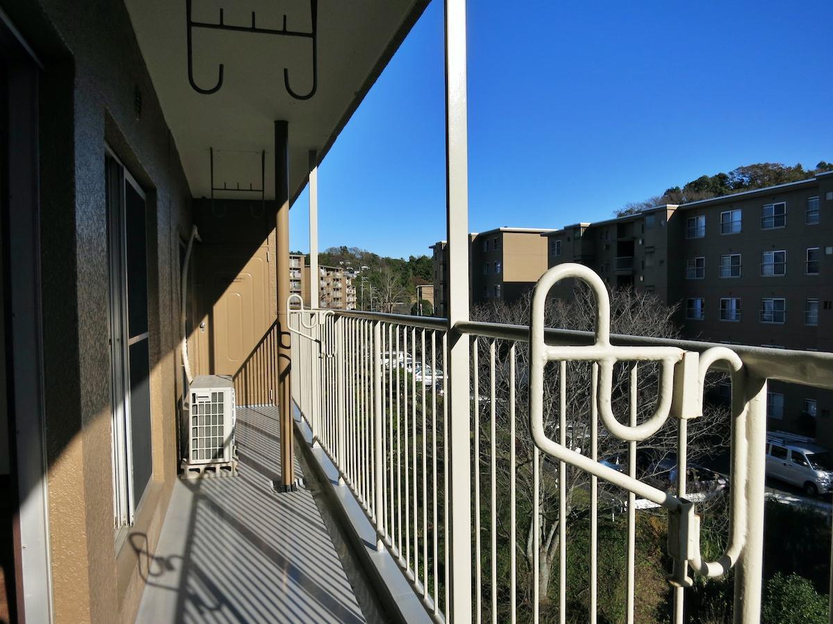 バルコニーからはスタンダードな団地が並ぶ風景