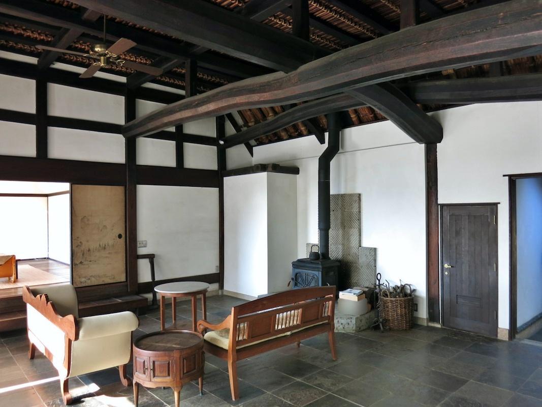 主屋内部|立派な大梁と石材の床が上品な空間