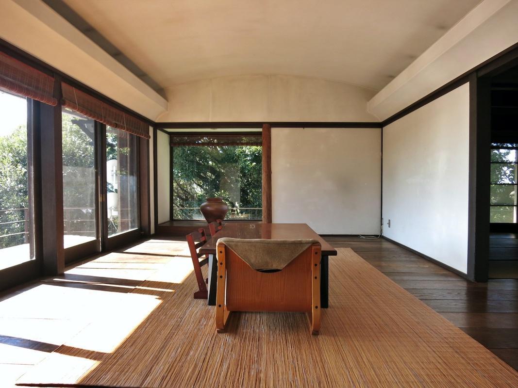 主屋の洋室11帖|曲面の天井と窓の向こうの海がシンクロする