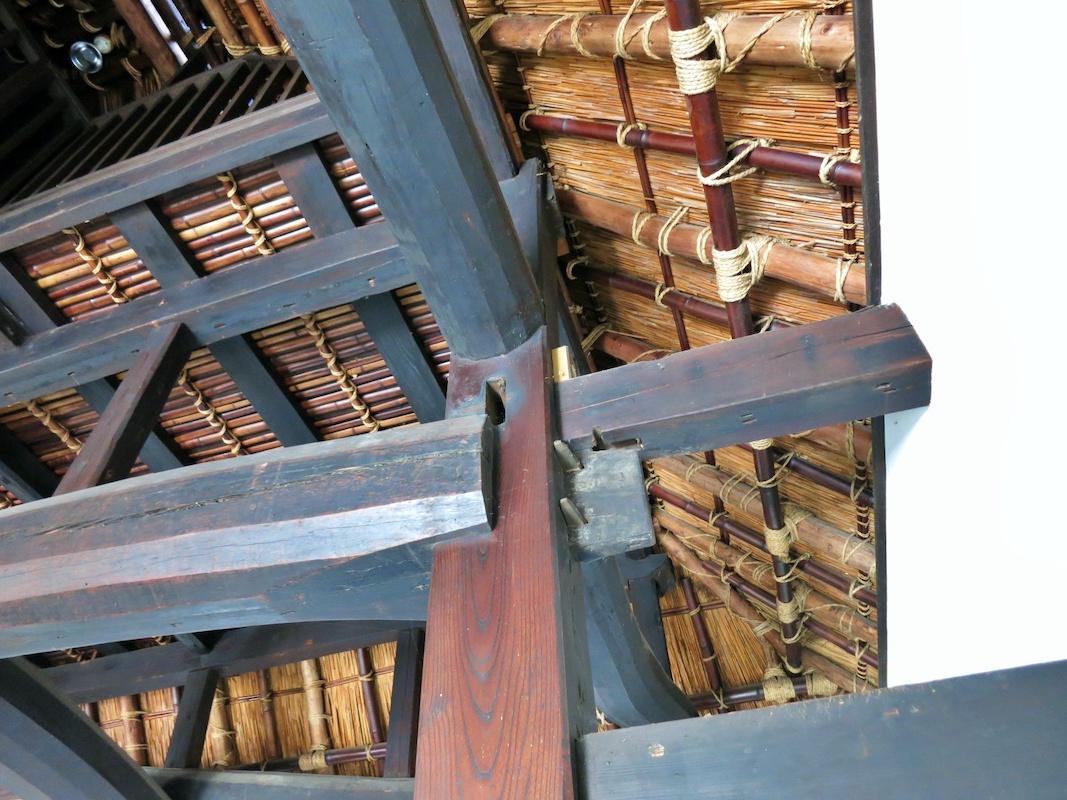 1階のリビングダイニングの見上げ|梁や小屋組、竹の組み方まで圧巻の民家です