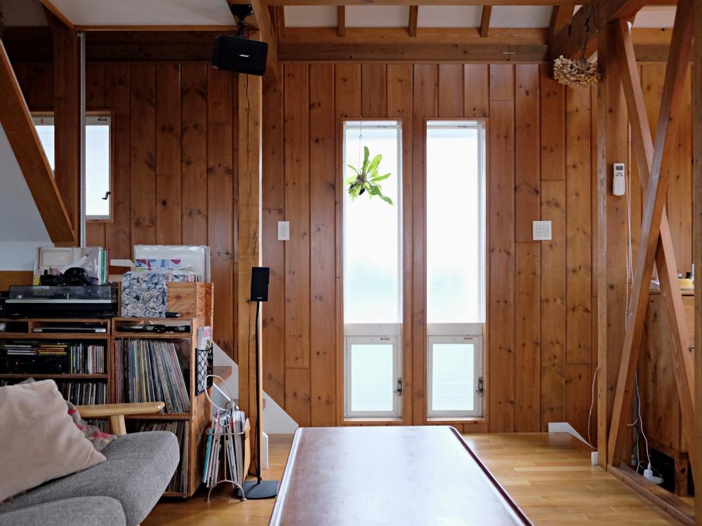 扉はあまりなく、階段も廊下もひとつながり。木のぬくもりが良い雰囲気。