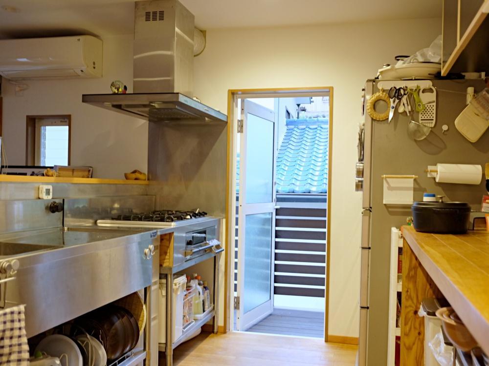 2階 キッチン本体は厨房用と造作の組合せ。高火力のガスコンロが入っています。