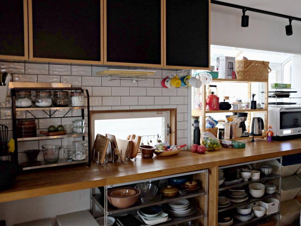 2階 キッチンの背面にはタイルと充実の造作収納