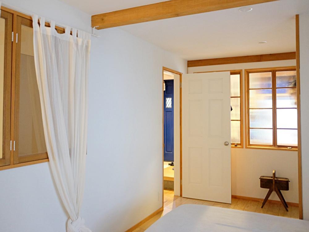 1階 個室。土間と廊下に面して室内窓があります。