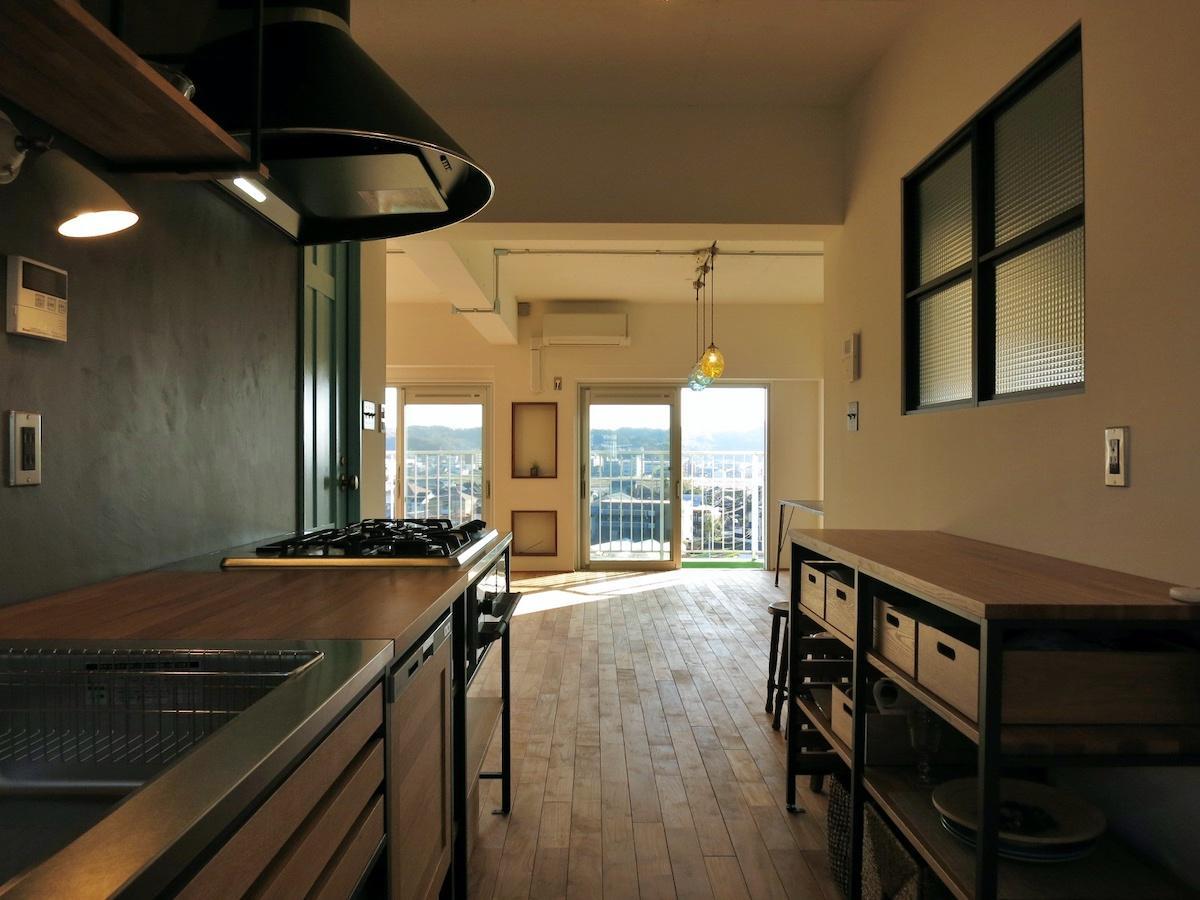 キッチンの全景|背面の棚や窓がにくい