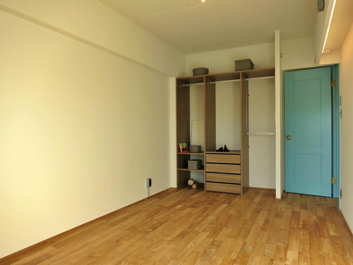 7帖の洋室|エメラルドグリーンの扉も爽やか
