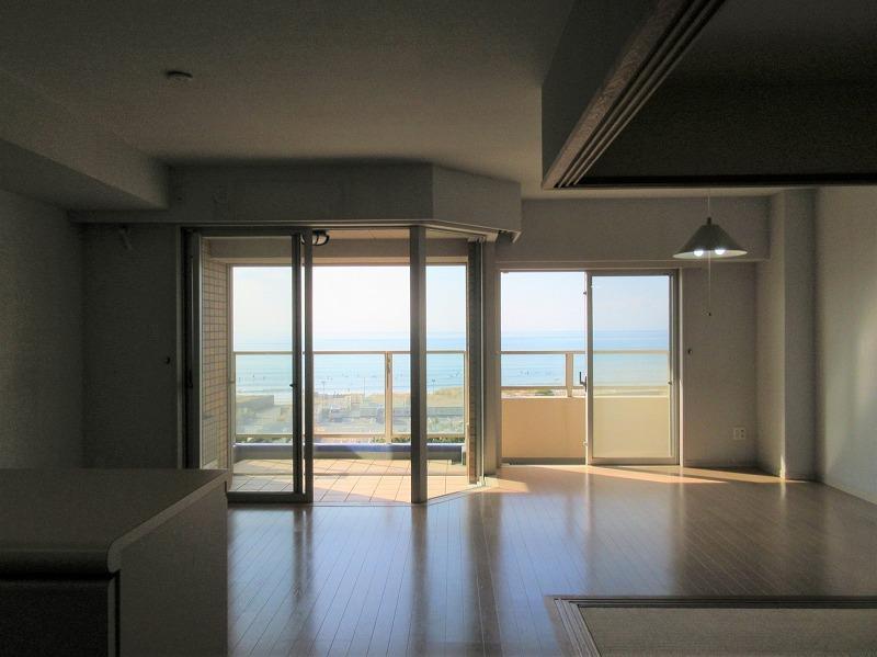 廊下から窓の方を見ると、ちょうど海が浮かぶように見える