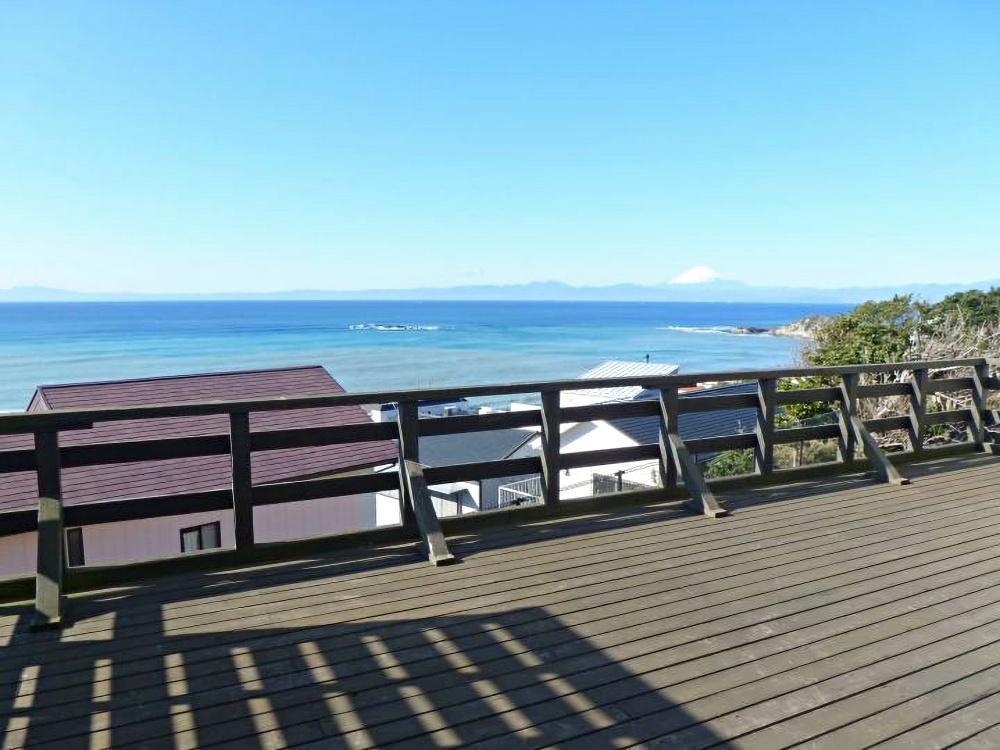 1階ウッドデッキからは相模湾、そして、富士山。134号線の音は気になりません。