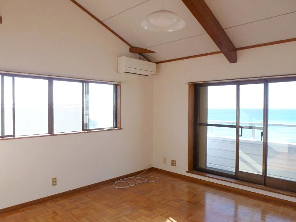 2階洋室8畳は勾配天井。この部屋を寝室にしたら気持ち良さそう。