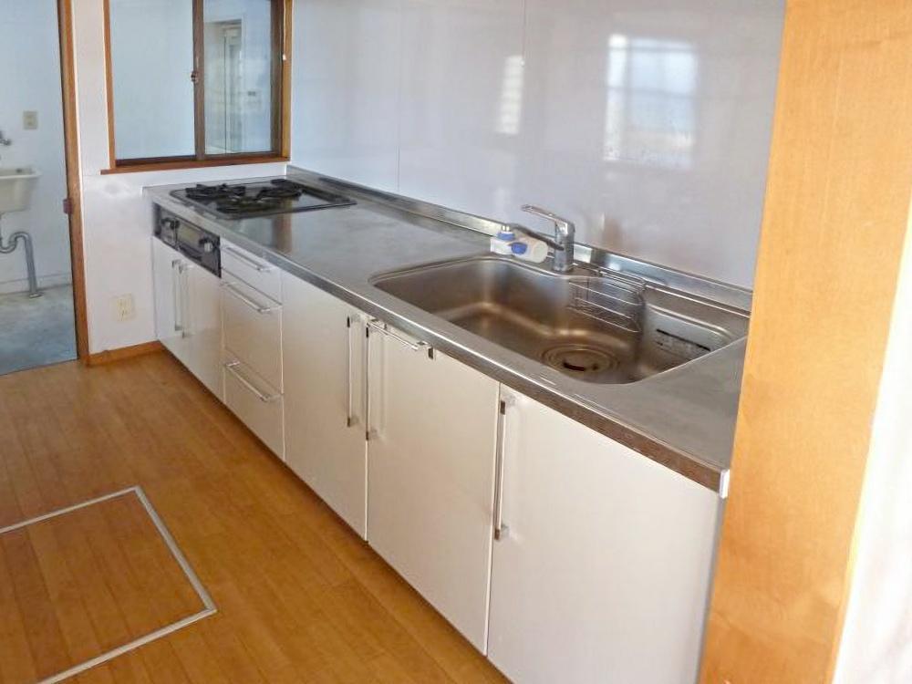キッチンと奥の洗濯スペース。外から直接アクセスできるようになっています。