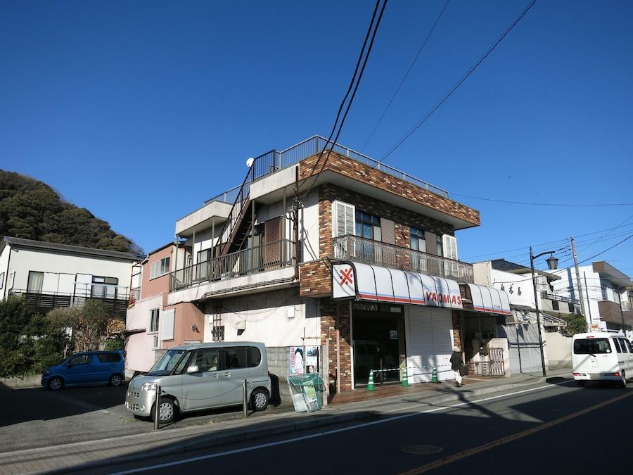 建物の裏手には山の緑と文化的な建物が残る