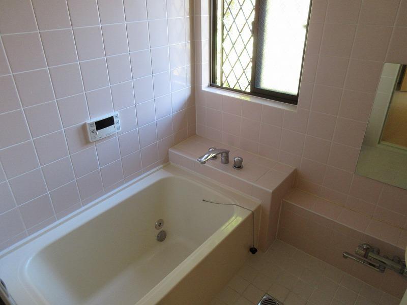 浴室(浴槽はやや小さく、膝を少し曲げるくらい)