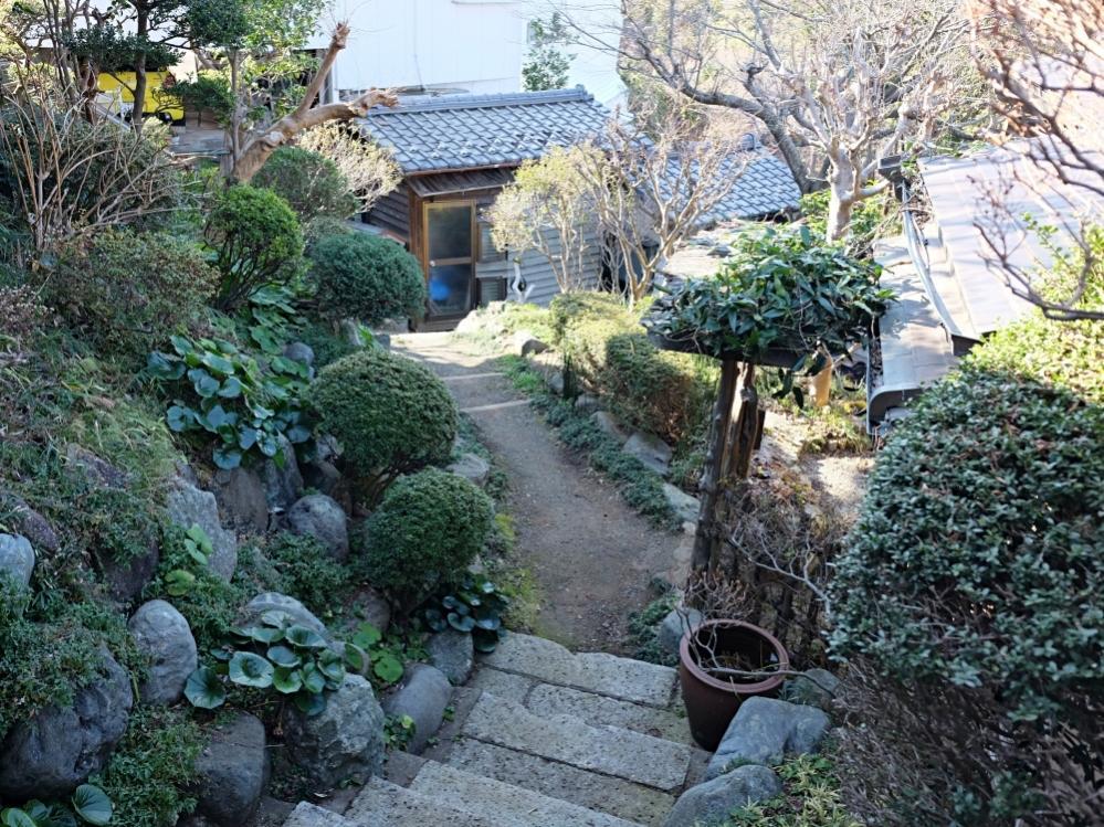 大谷石の階段と庭園が斜面の下から上まで続きます。