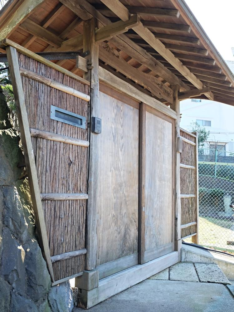 立派な数寄屋門。カラカラといい音立てて開けば、不思議な家のはじまりです。