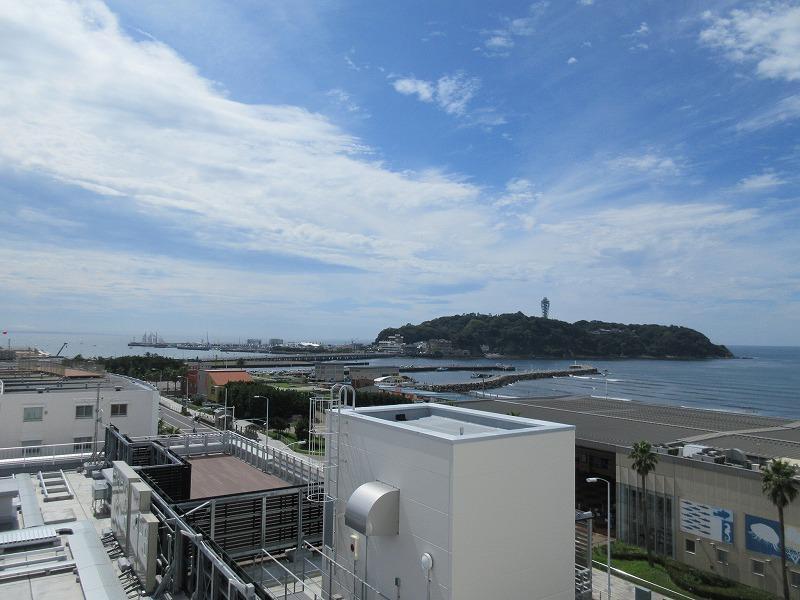新江ノ島水族館越しの江ノ島というビュー