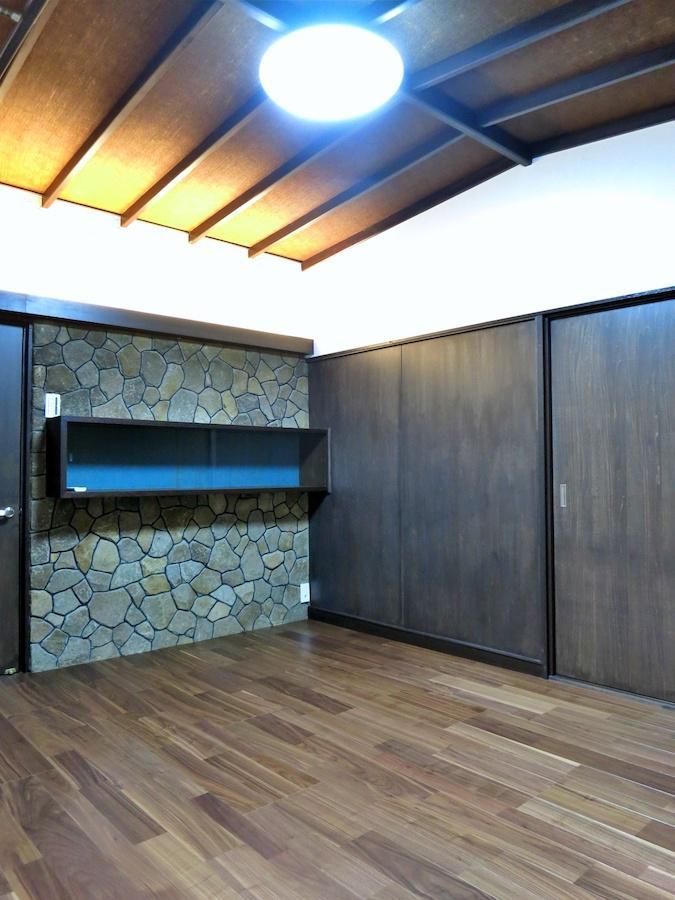 元応接間の洋室|石張りの壁がいい