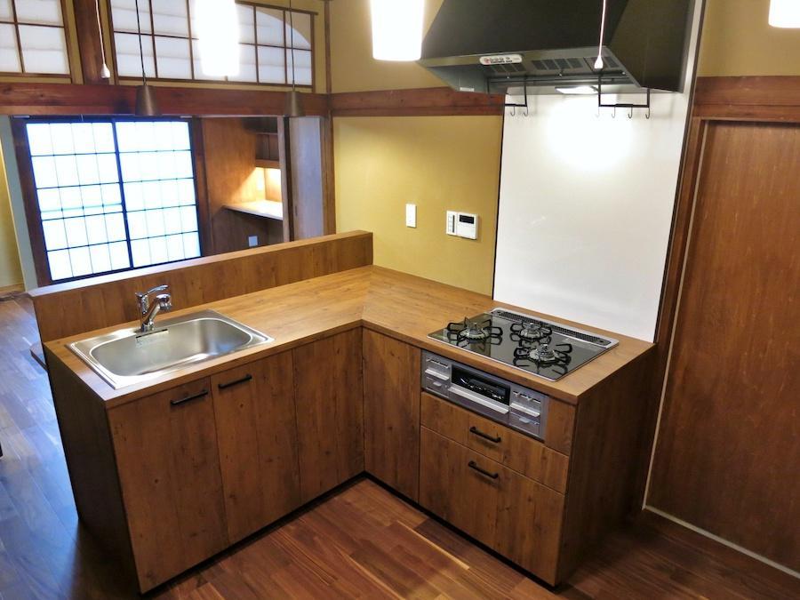 キッチン|L字型の右脇にパントリーがある