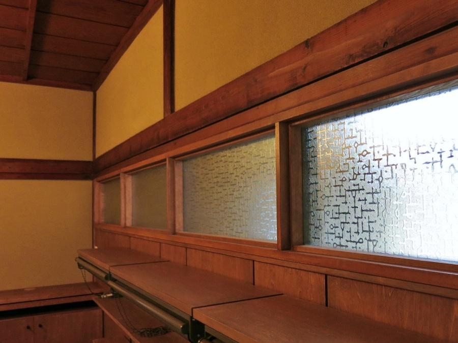 既存の建物に残されたガラスを切って再利用