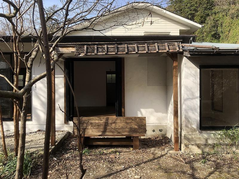 パーゴラ(っぽい屋根)とベンチの相性は抜群