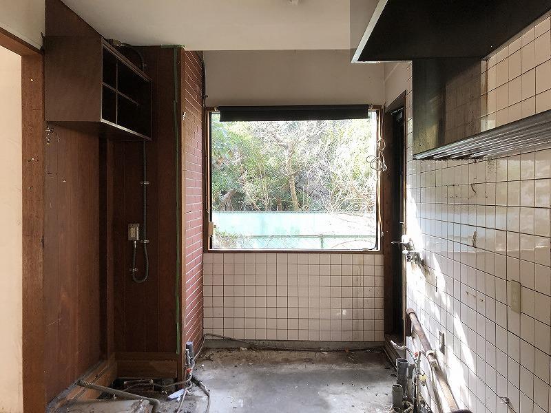 元キッチンにある大きなFIX窓。先にはお隣の緑が見えます。