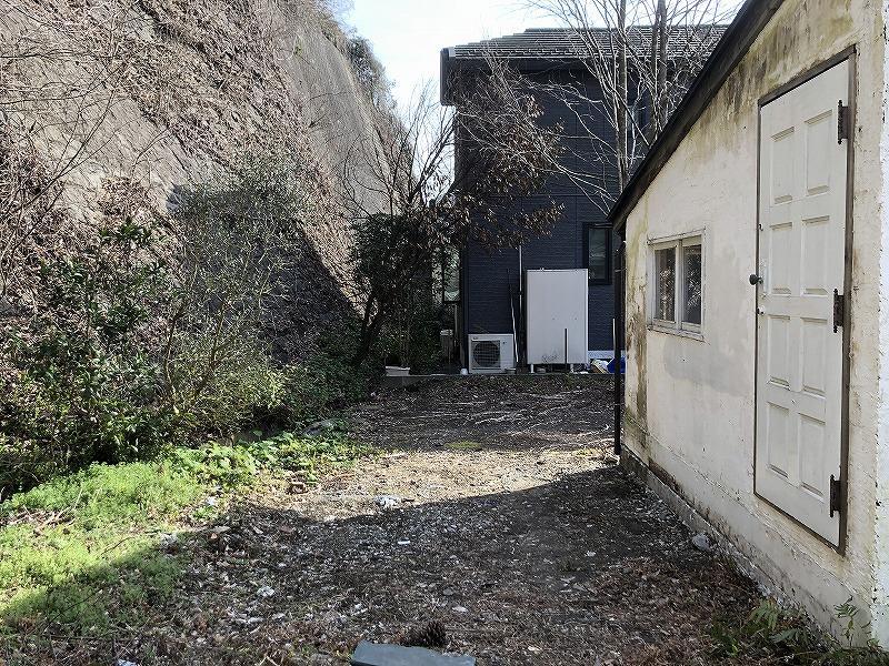 敷地の東側です。ドアがあるのでプライベートデッキを作っても良いかと思います。