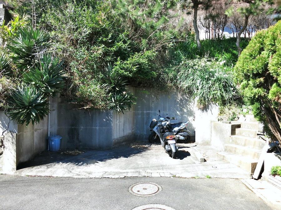 駐車スペースは小さいが、途中の道も狭いため車種は限定されます