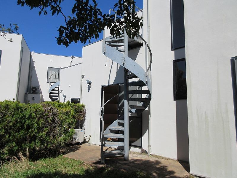 庭の螺旋階段を上がると、バルコニーへ