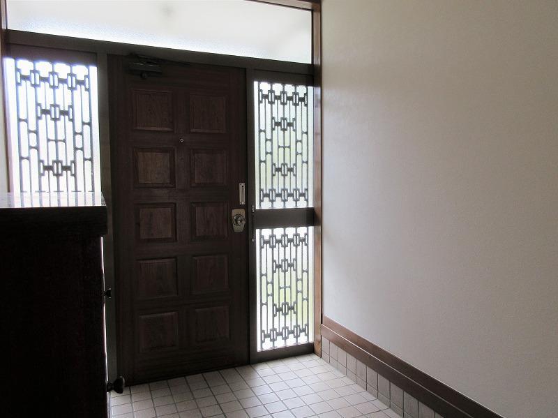 玄関の雰囲気も昭和レトロ