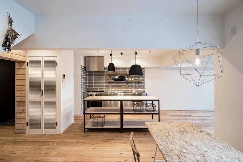 奥にキッチンを見て。左の白い扉は洗濯機置き場です