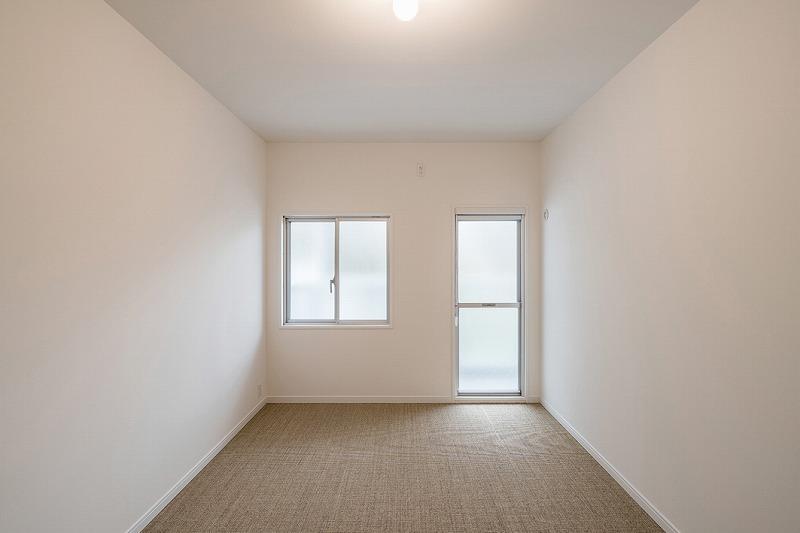 洋室は2つあり、L字バルコニーにでることができます