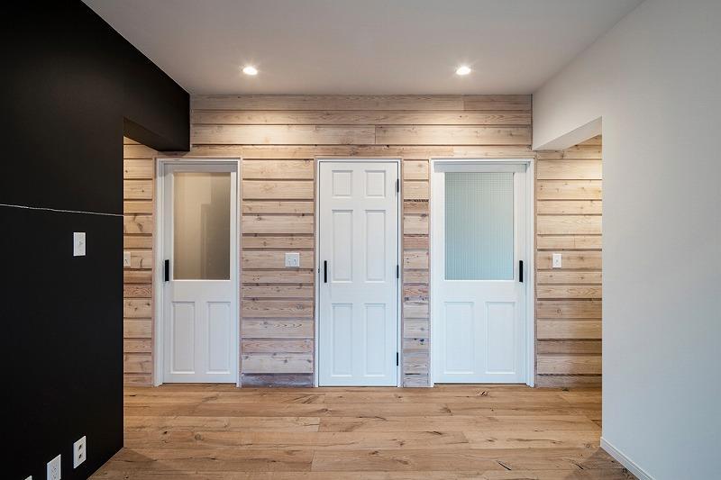 扉が可愛い(左から浴室と脱衣所、トイレ、洋室)