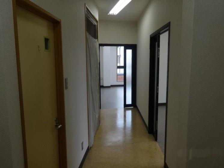 共用の廊下部分にトイレとミニキッチンがあります