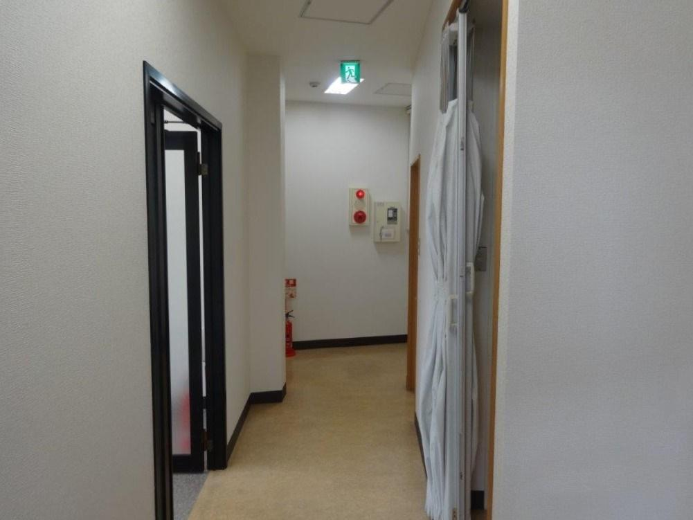 廊下の反対から見ます