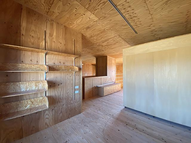 2階居室北側から南方向。室内の仕上げはベニヤのクリア塗装、右側の物体は可動式クローゼット