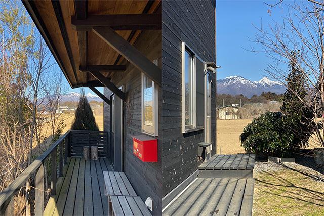 左:西の玄関側デッキ 右:東の中庭側デッキ
