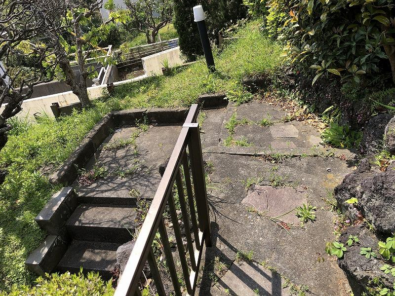 階段の折り返し地点。その先に畑でも花壇でもしませんか