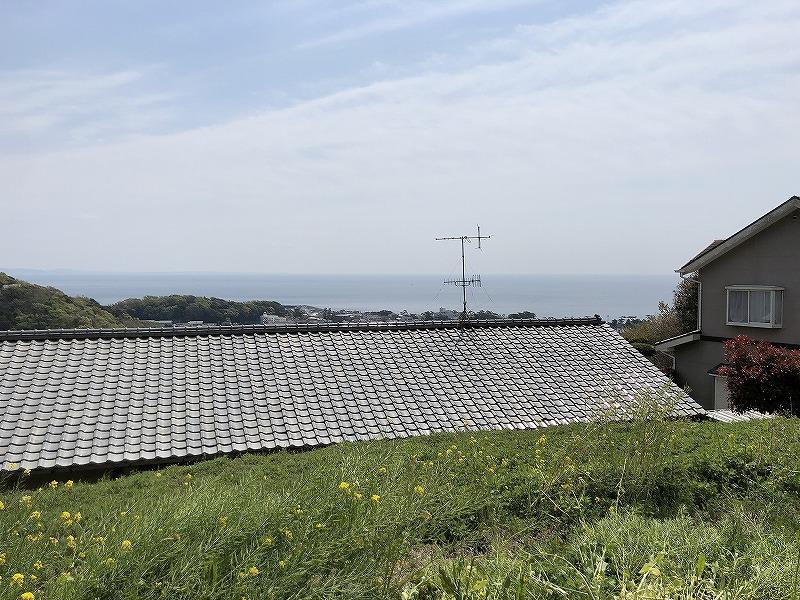 裏の売地の敷地。ここでも海見え。屋根の上にバルコニーでも作りたい