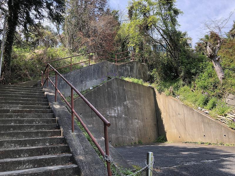 裏の売地の敷地への道路部分の入口は階段状です。