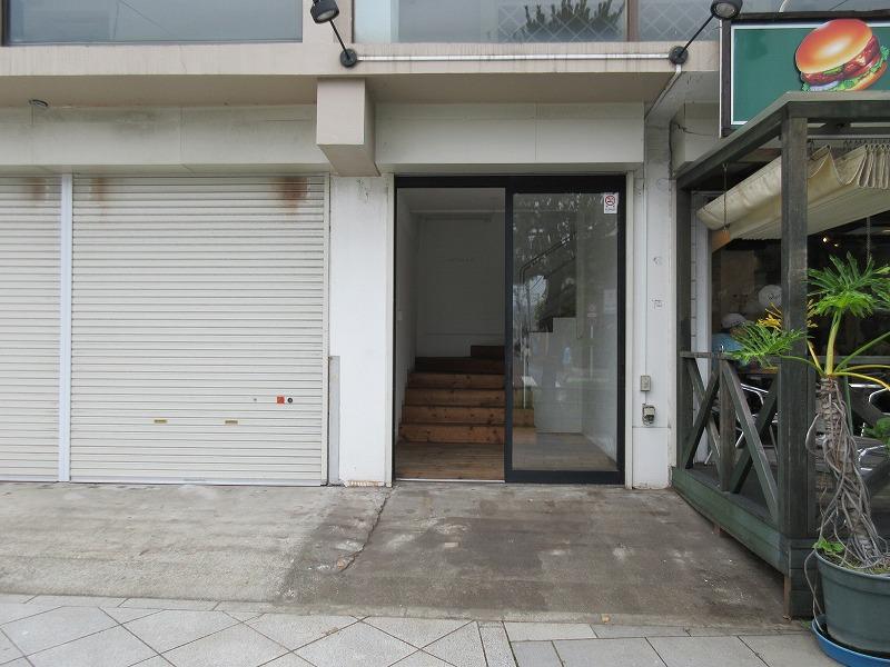 入口は建物の中央にあります