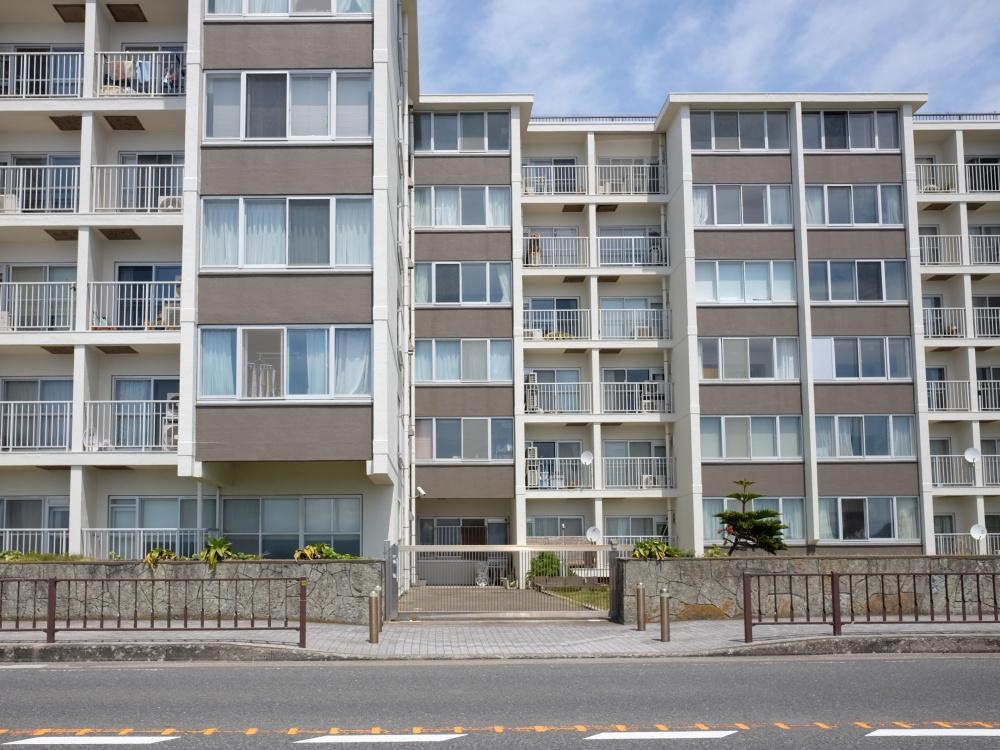 昭和46年築の鉄筋コンクリート造8階建。大規模修繕済で荒んだ印象はありません。
