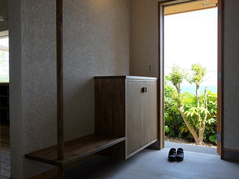 玄関を開けると水平線。室内の壁は全て左官材で仕上げられています。