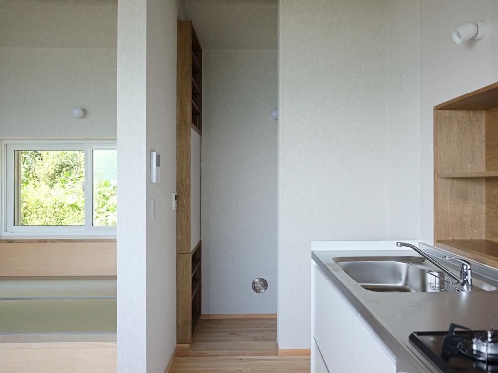 キッチン奥にパントリー。畳の小上がりはゴロンとしたくなる奥行き。